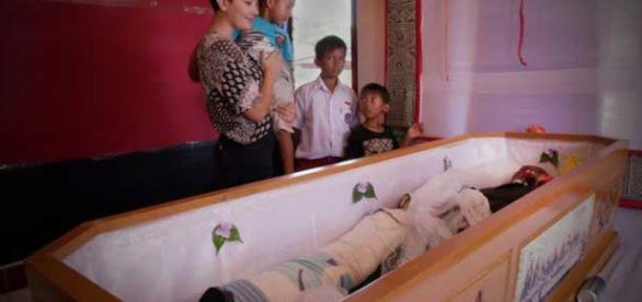 Família convive com familiar falecido, dentro de casa