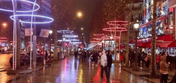 Parigi, attentato agli Champs Elysées: morto poliziotto