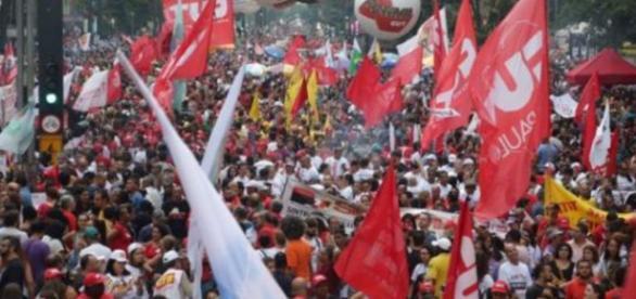 Centrais sindicais têm intensificado as convocatórias à greve geral.