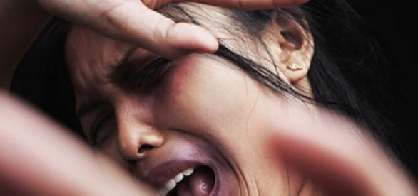 Mulher apanha por se maquiar - Google