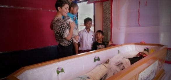 O povo de Toraja, na Indonésia, trata mortos como se estivessem vivos. Confere essa história bizarra