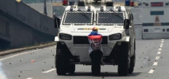 Venezolana frente a frente a la represión