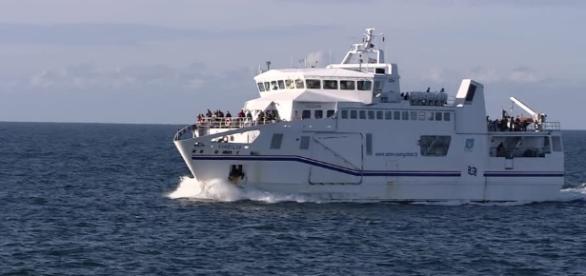 Barco Ferry colide com mureta de porto