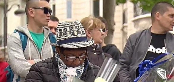 Czarna Francuzka wśród składających kwiaty w miejscu śmierci ofiary terroru.