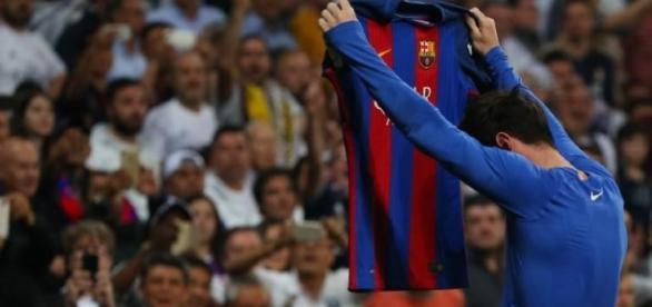Lionel Messi muestra su playera ante la mirada del público, tras meter el gol del triunfo. (Via twitter - diario Marca)