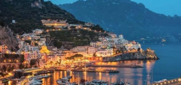 Una panoramica bellissima di Amalfi