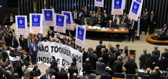 Manifestação de deputados contrários a reforma trabalhista no momento em o que o relator do projeto, Rogério Marinho(PSDB-RN) lia o seu relatório.