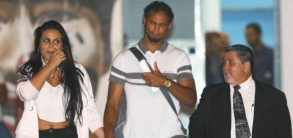 Ex-goleiro Bruno (centro) vai voltar para a cadeia