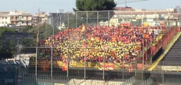 I tifosi del Lecce nella gara di Foggia.