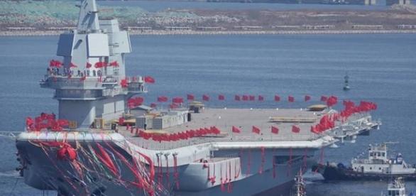 TV estatal chinesa mostrou o navio, cujo convés foi decorado com bandeiras vermelhas