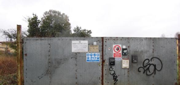 Sigilli al cancello: ville occupate.