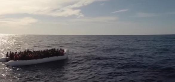 Un gommone con un massiccio numero di migranti soccorso dalla Guarda costiera