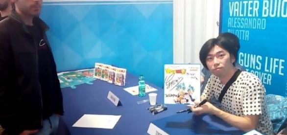 Toyotaro en firma de autografos.