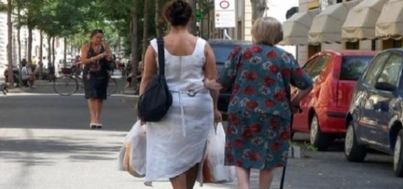 ITALIA: Fenomen ÎNGRIJOTĂTOR: Creşte numărul angajărilor LA NEGRU pentru BADANTE