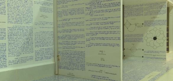 Jovem deixou 14 livros criptografados, escritos à mão, antes de desaparecer.