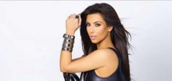 Kim Kardashian vestida en cuero negro