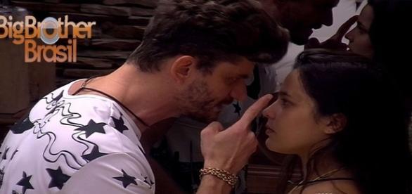 Mais uma discussão marca o relacionamento entre Emilly e Marcos
