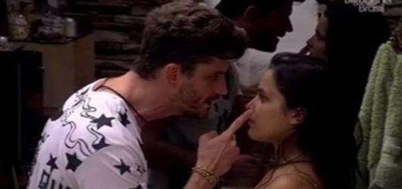 Marcos quase agride Emilly. (Foto: reprodução TV Globo)