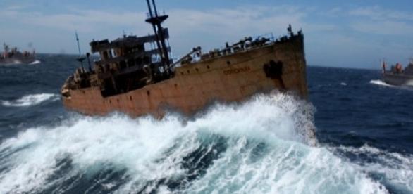 Navio Naufragando no Oceano Atlântico.