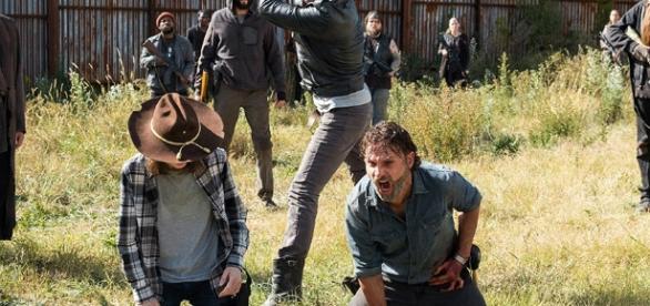Negan prestes a matar Carl no último episódio da sétima temporada