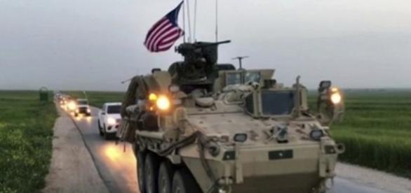 Forțele americane patrulau vineri pe un drum rural din nordul Siriei în zona controlată de kurzi - Foto: captură video (APTV / AP)