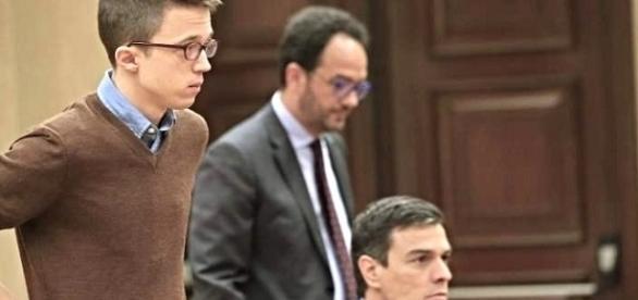 Ínigo Errejón mirando a Pedro Sánchez