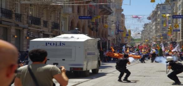 Le 1er juin 2013, la police fait usage de gaz lacrymogènes contre des manifestants à Istanbul