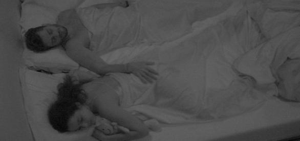 Emilly e Marcos trocam carícias na cama