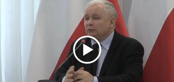 Jarosław Kaczyński miażdży postkomunistyczną konstytucję z 1997 roku.