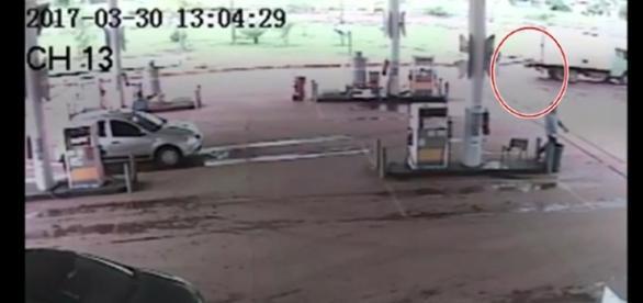 Mulher é atingida em cheio por caminhão