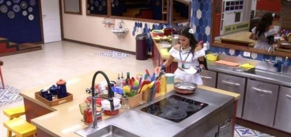 Com ciúmes, Emilly xinga o médico na cozinha