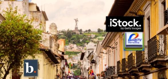 Procesión de Viernes Santo en Quito, al fondo la Virgen del Panecillo