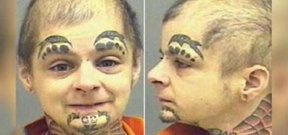 Foto de criança perigosa com tatuagens