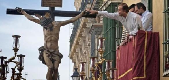 Alquilar un balcón unas horas en Semana Santa cuesta lo mismo que ... - vozpopuli.com