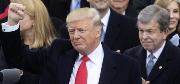 Donald Trump ha ordinato l'attacco missilistico in Siria: è la prima volta che gli USA combattono direttamente Assad