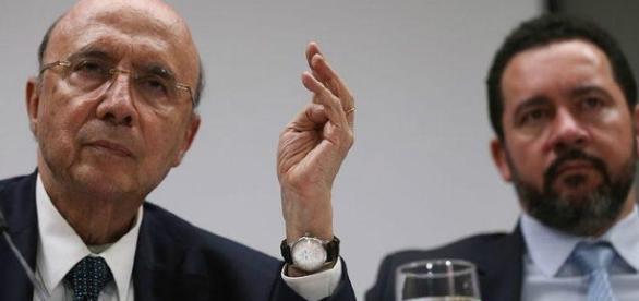 Ministro Henrique Meirelles (à esqeurda) anuncia a previsão de aumento do déficit fiscal