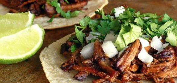 Tacos al pastor con cebolla y cilantro