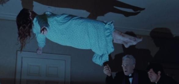 Una scena tratta dal celebre film 'L'esorcista' esemplifica bene il caso del divorzio a Milano per possessione diabolica. Foto: cinema.everyeye.it.