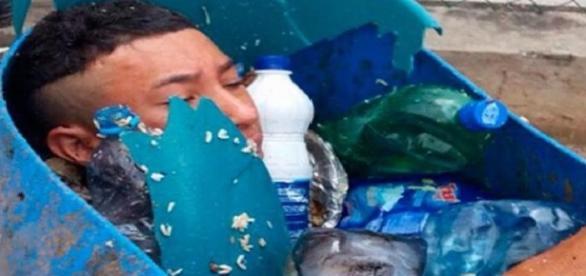 Equipe que recolhia os resíduos da unidade chegaram a pensar que se tratava de um cadáver. (Foto: Reprodução)