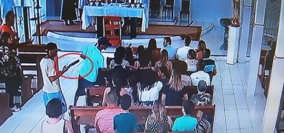 Assaltantes armados roubam os fiéis na hora da missa