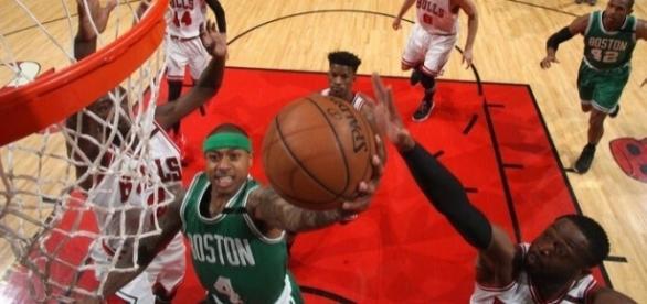 Isaiah Thomas a punto de encestar en un juego contra Chicago en estos playoffs. (vía twitter - Celtics News).