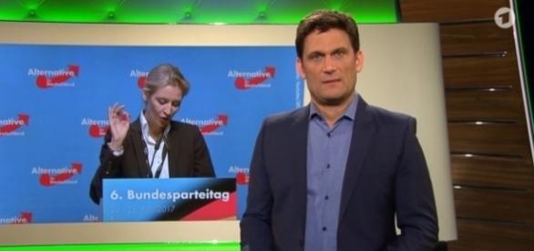 "Moderator Christian Ehring vom NDR zieht in ""extra3"" über AfD-Frau Alice Weidel her / Foto: NDR"