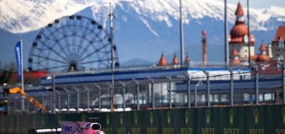 Una postal impresionante del tapatío en el Gran Premio de Rusia. (Foto tomada del Instagram de @schecoperez)