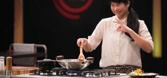 Participante usa pênis do boi para preparar prato