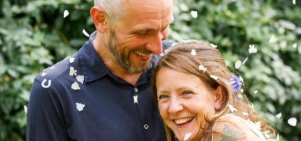 Russell Davison revelou que dormiu ao lado do corpo de sua esposa Wendy por seis dias