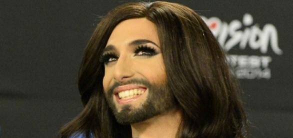 Conchita Wurst é um cantor austríaco, famoso por sua barba