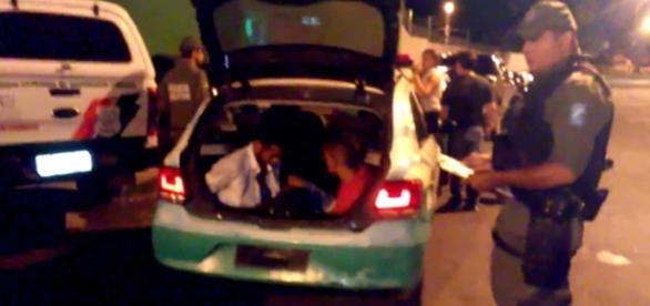 Momento em que os assaltantes foram pegos pela Polícia Militar