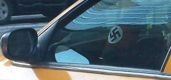 El taxista exhibe la esvástica en su taxi y defiende su ideología nazi