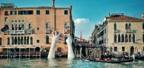 """L'opera """"Support"""" di Lorenzo Quinn, in mostra fino a novembre per la Biennale di Venezia"""