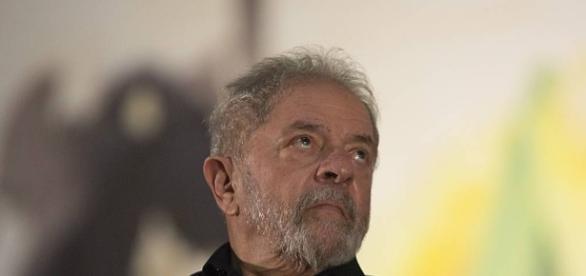 Lula recebe sugestão de amigos para que sua situação melhore um pouco